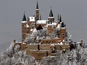 Postal: Castillo con nieve en una montaña
