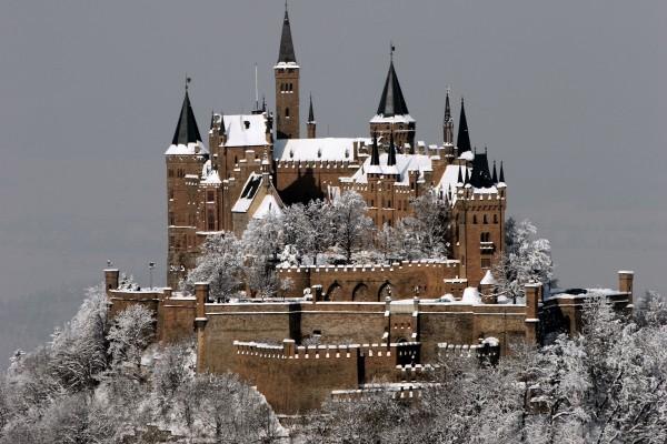 Castillo con nieve en una montaña