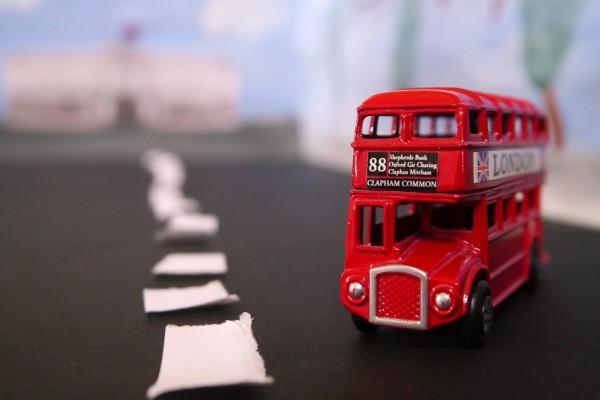 Un pequeño autobús urbano londinense
