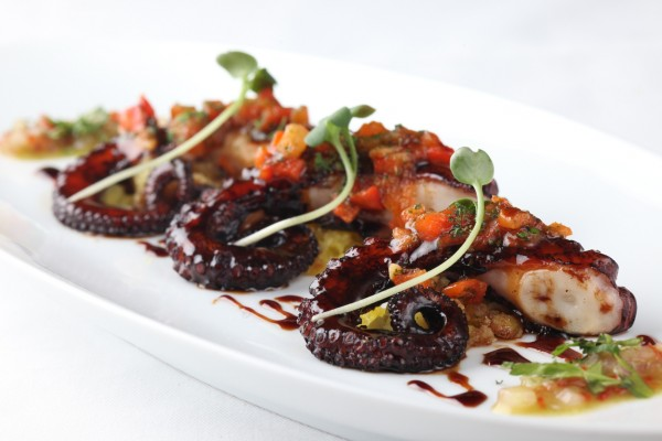 Patas de pulpo con verduras y una rica salsa