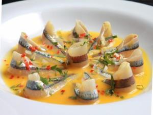 Boquerones frescos en una salsa naranja