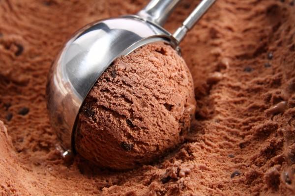 Preparando una bola de helado de chocolate