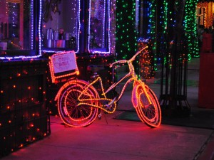 Bicicleta de reparto de comida china ilumina por Navidad