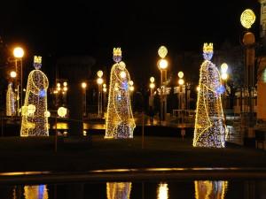 Los Reyes Magos iluminados en la noche navideña