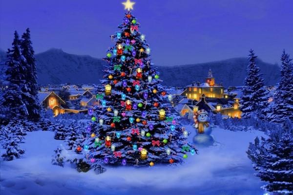 Muñeco de nieve junto a un árbol de Navidad