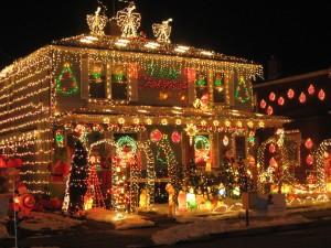 Postal: Una casa con coloridas luces de Navidad