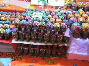 """Postal: Calaveras de chocolate para ofrendar en el """"Día de Muertos"""""""