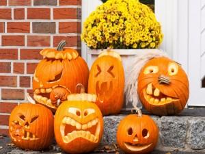 Postal: Unas divertidas calabazas para Halloween en la puerta de casa