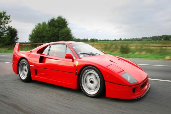 Un Ferrari F40 en la carretera