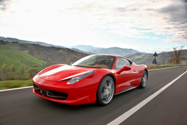 Un Ferrari rojo circulando por una carretera