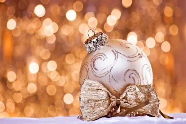 Bonita bola y lazo dorado para adornar en Navidad