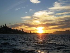 El sol iluminando la superficie del agua