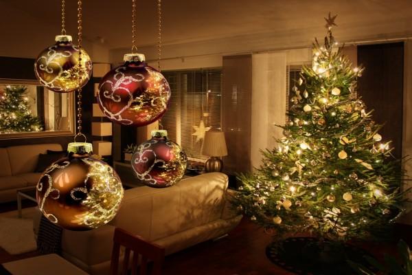 Bolas y un bonito árbol de Navidad iluminado