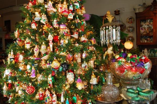 Un árbol con muchas figuras navideñas