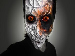 Postal: Ojos en llamas y maquillaje para Halloween