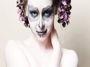 Mujer con flores y maquillaje para Halloween