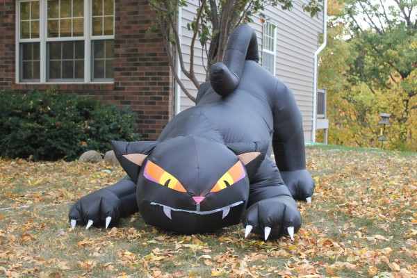 Un gran gato negro de decoración en Halloween