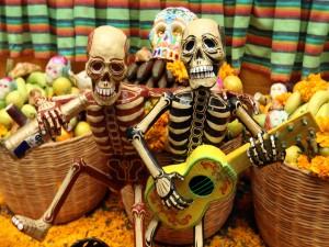 """Postal: Ofrenda en un altar el """"Día de Muertos"""""""
