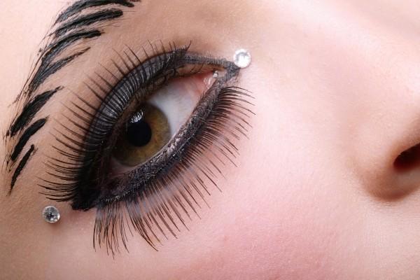Mujer con el ojo maquillado y dos brillantitos
