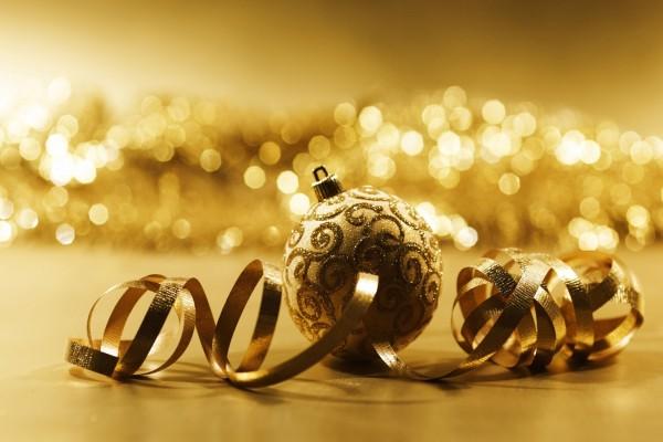 Brillante bola dorada para decorar en Navidad