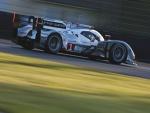 Coche de carreras en un circuito
