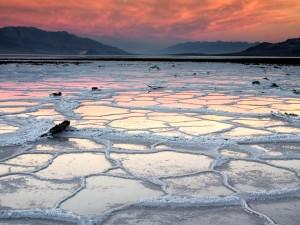 Un lago helado visto al amanecer