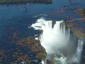Vista aérea de una gran catarata