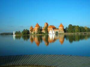 Postal: Veleros navegando junto a un castillo