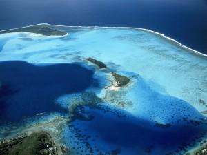 Vista aérea del arrecife e islas de Bora Bora (Polinesia Francesa)