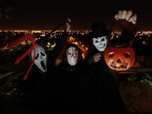 Postal: Disfraces en la noche de Halloween