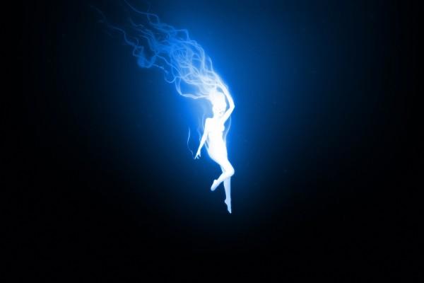 Mujer de luz descendiendo del cielo