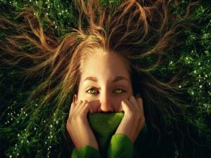 Mujer integrada en la naturaleza