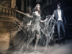 Postal: Mujer inmovilizada por un hombre araña