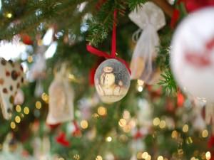 Postal: Bola con muñecos de nieve colgada en el árbol de Navidad