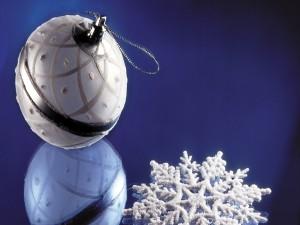 Bola y copo de nieve para adornar un árbol en Navidad