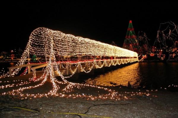 Puente iluminado por Navidad en Chickasha (Oklahoma)