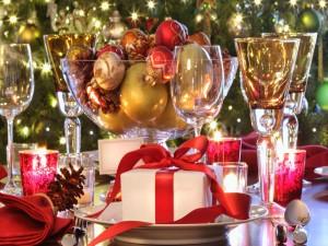 Mesa con regalos y adornos de Navidad
