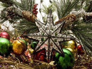 Gran estrella y otros adornos para decorar en Navidad