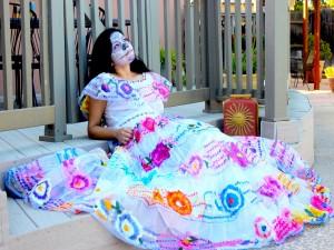 """Postal: Mujer con un bonito vestido y maquillada en el """"Día de Muertos"""""""