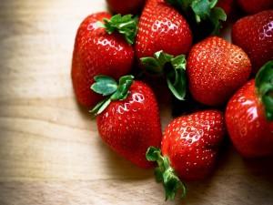 Postal: Hermosas fresas sobre una mesa