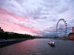 La noria de Londres vista desde el Támesis