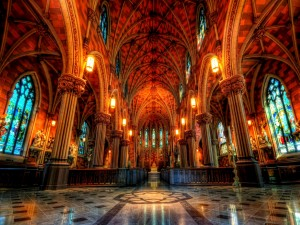 Vista interior de una catedral iluminada
