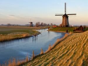 Gente patinando en un río helado de Holanda