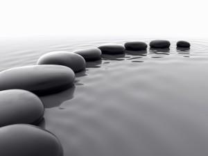 Piedras en la superficie del agua
