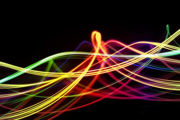 Líneas iluminadas de varios colores