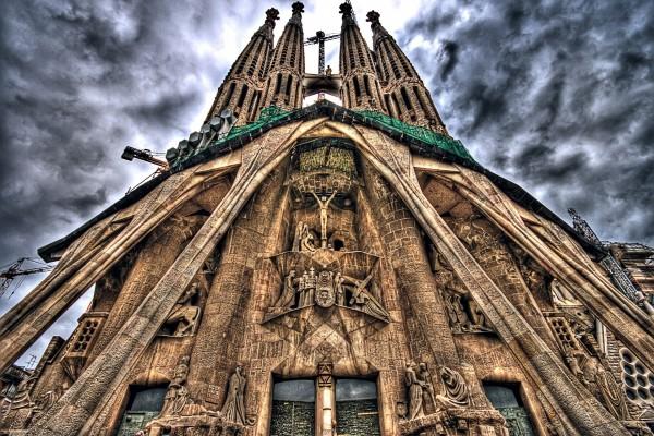 Un cielo gris sobre la Sagrada Familia (Barcelona, España)