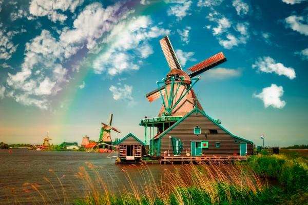 Un tenue arcoíris sobre unos molinos de viento holandeses