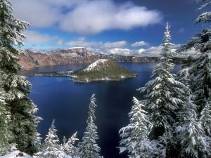 Islote con nieve en el lago
