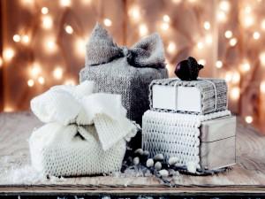 Postal: Bellota sobre unos regalos navideños