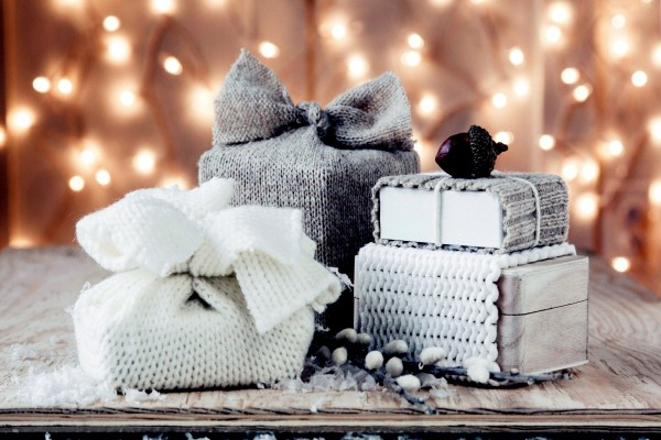 Bellota sobre unos regalos navideños